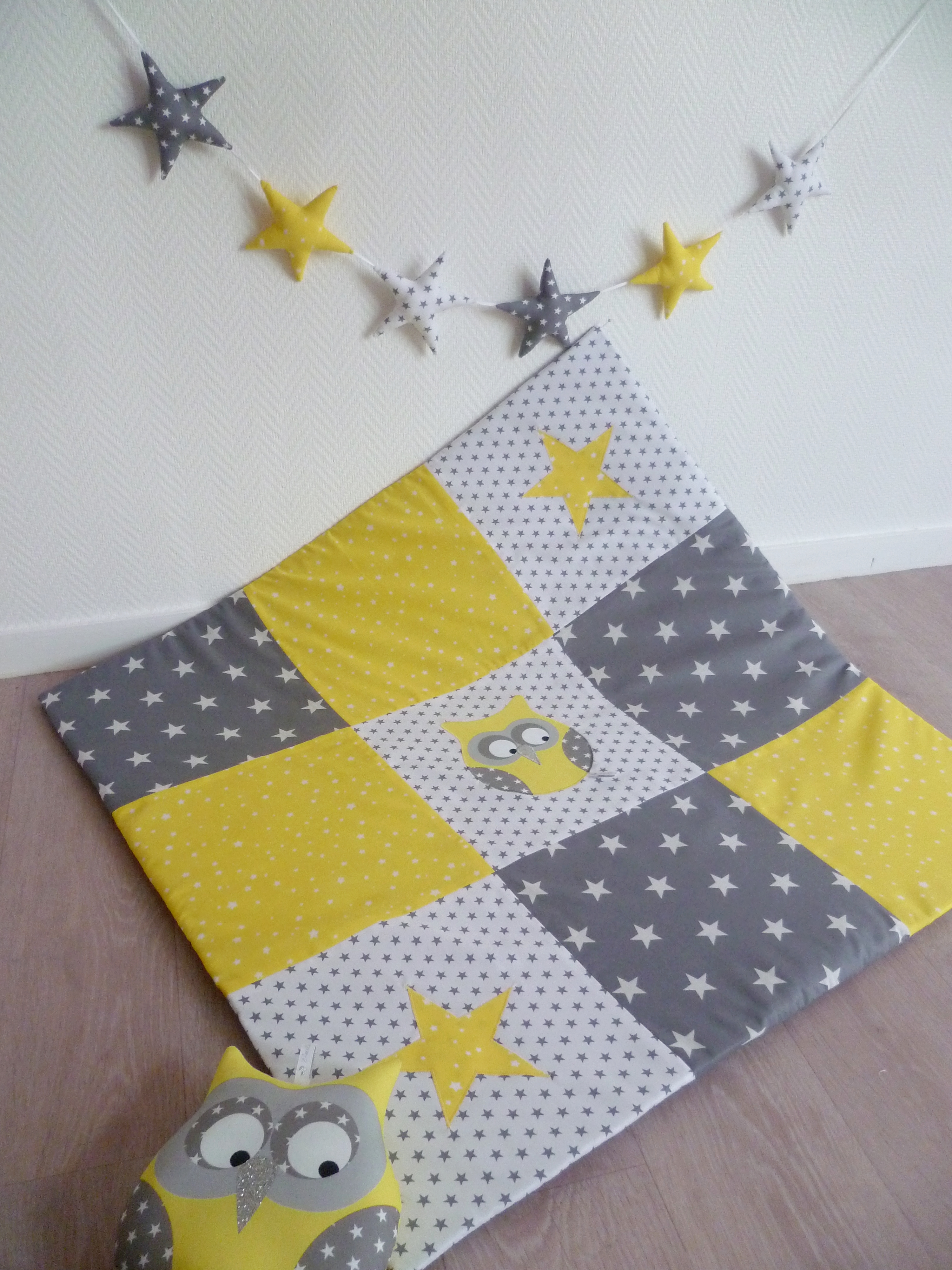 tapis de jeu hibou patchwork jaune guili gribouilli linge de lit et de d co pour enfant. Black Bedroom Furniture Sets. Home Design Ideas