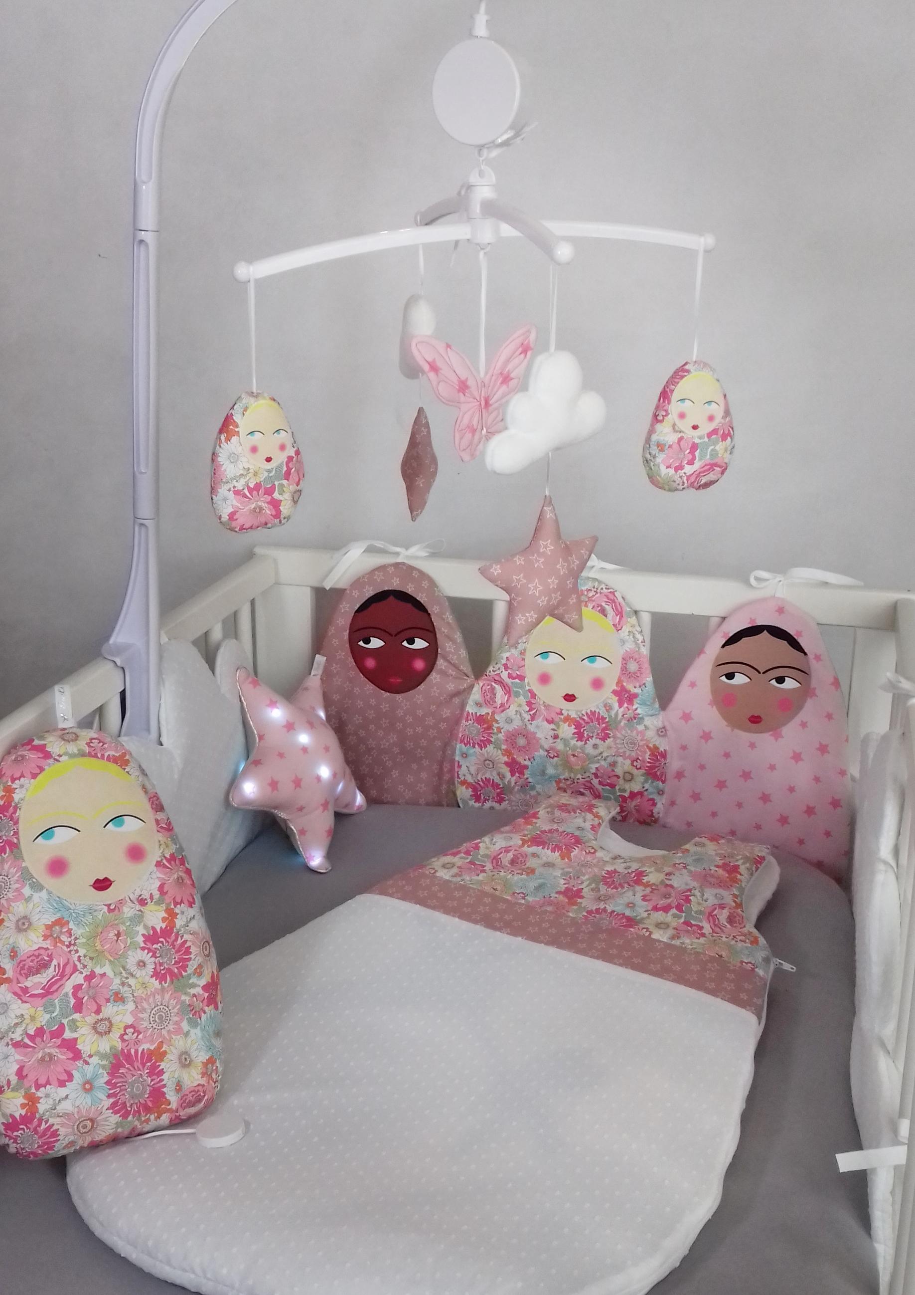 mobile matriochka liberty rose guili gribouilli linge de lit et de d co pour enfant. Black Bedroom Furniture Sets. Home Design Ideas